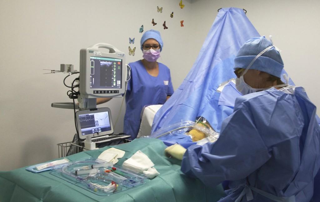 Pose d'un cathéter PICC-line sous échoguidage. Service UAV du Prof. Vincent Piriou à l' Hôpital Lyon sud
